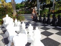 ajedrez junto a la piscina