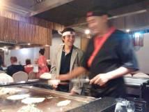 Mi hijo cocinando en el restaurante japonés